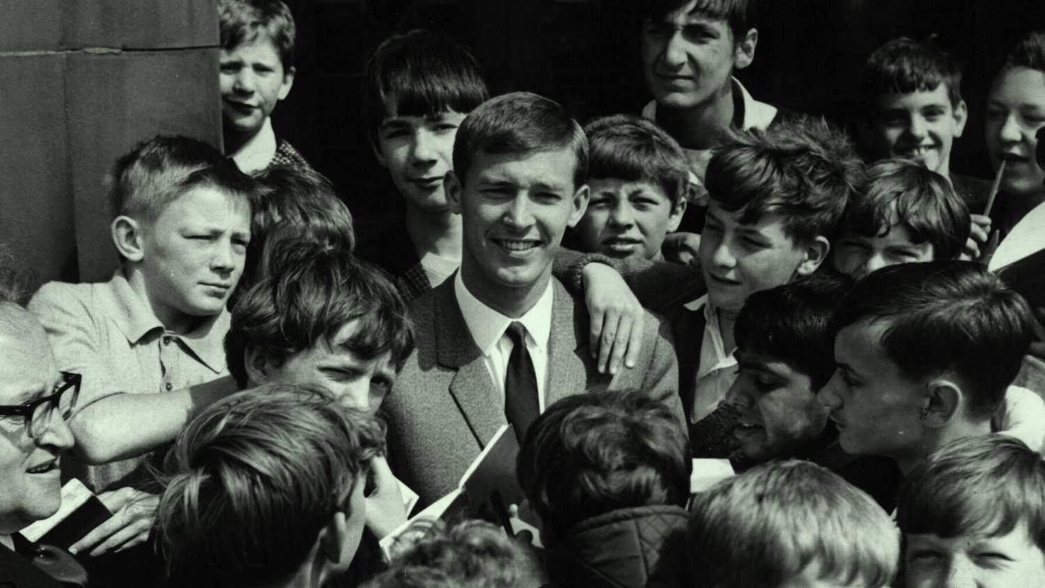 01254420_sir_alex_surrounded_by_a_fan_club_of_kids (photo credit Glasgow Herald and Mail)