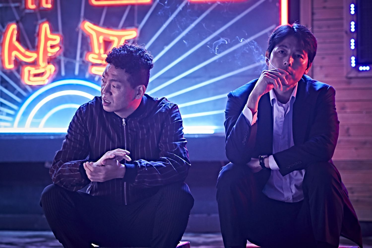 Park Ji-hwan and Jung Woo-sung in BEASTS CLAWING AT STRAWS (Blue Finch Film Releasing)